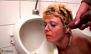 Amateur mature slut gets piss and deep throat